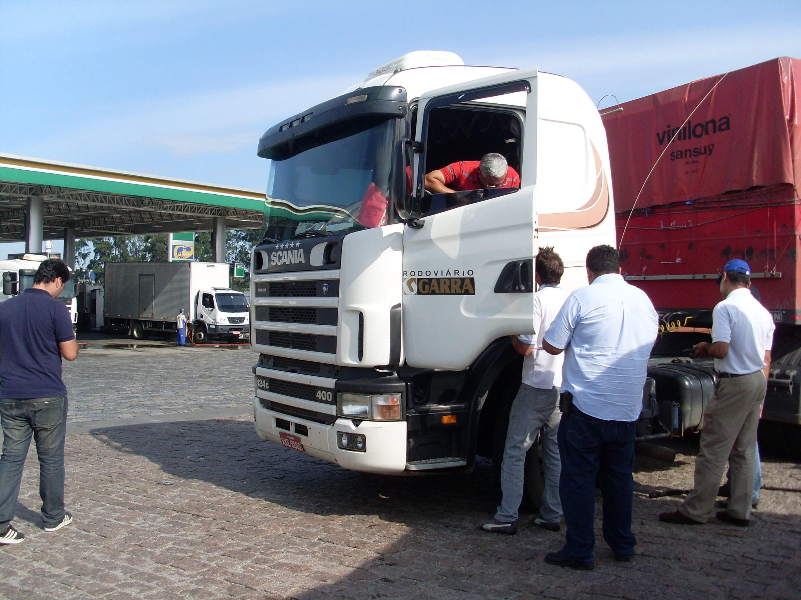 Nakata avalia barra de direção de caminhões na Castello Branco